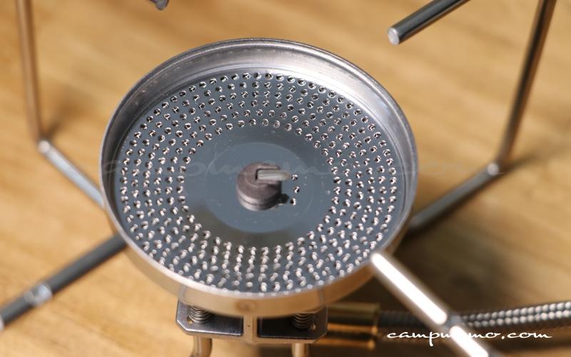 ST-330の火口とすり鉢状のバーナーヘッド