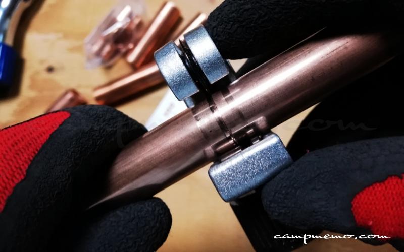 銅管をパイプカッターでカットするところ