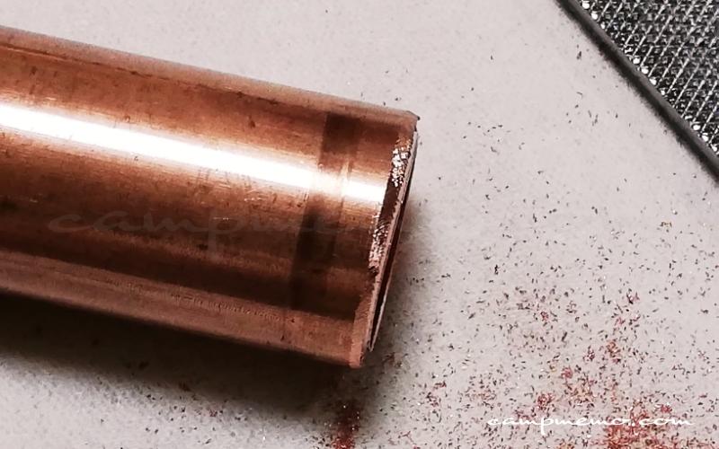銅管のバリ取り作業
