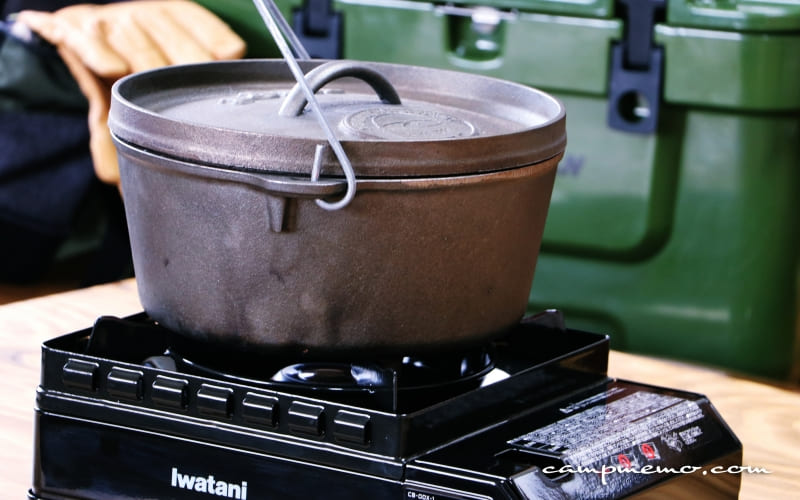 イワタニのカセットこんろタフまるに10インチのダッチオーブンをのせた様子