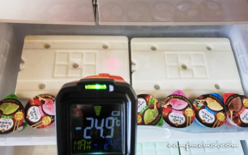 クーらボックスに移す前の冷凍庫内のロゴス氷点下パックとアイスクリームの状態
