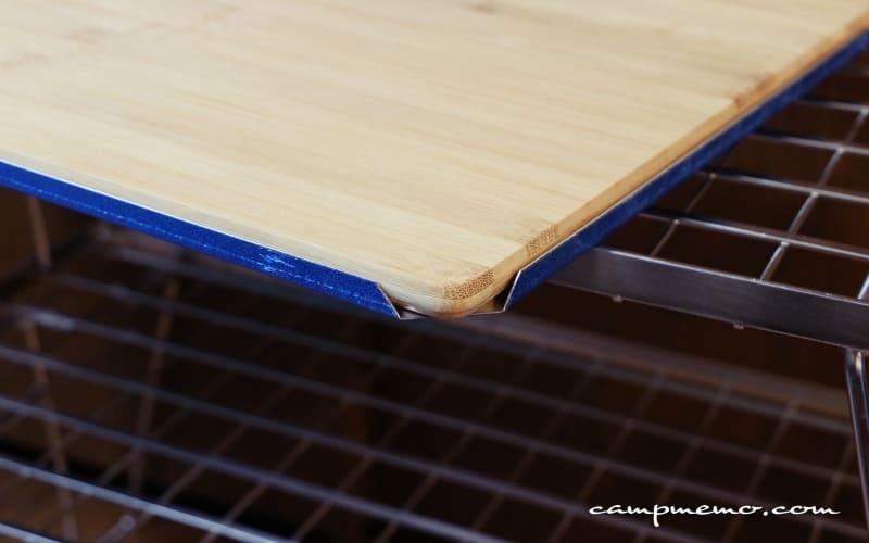 フィールドラック用のキャンピングムーンの竹製天板とユニフレームのステンレス天板を重ねたところ2