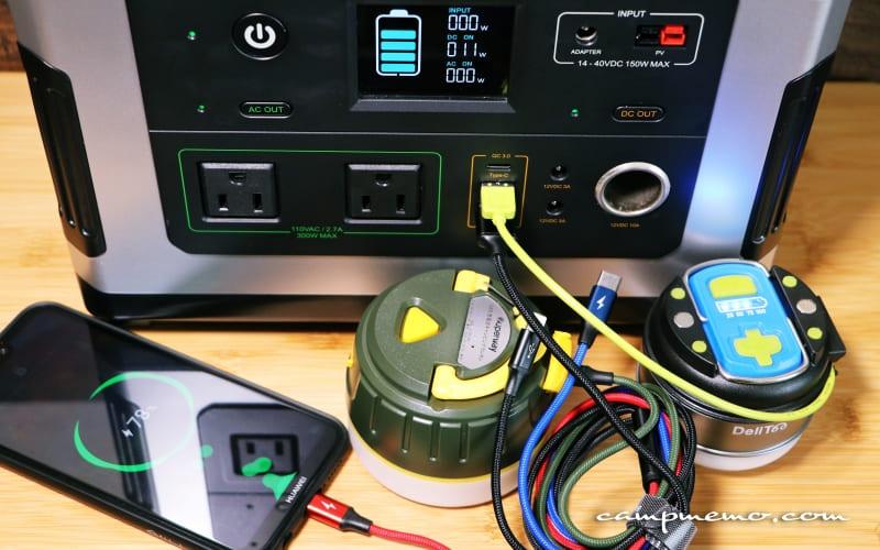 ポータブル電源から充電式LEDランタとスマホに充電しているところ