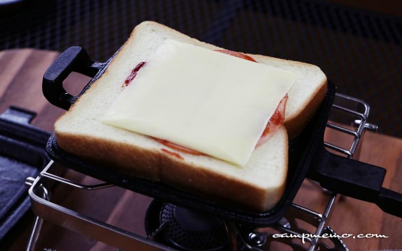 ホットサンドクッカーOIGENのホットサンドクッカーにパンと具材をセッティング