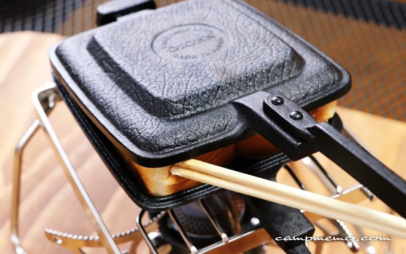 OIGENのホットサンドクッカーでパンと具材を挟み込む