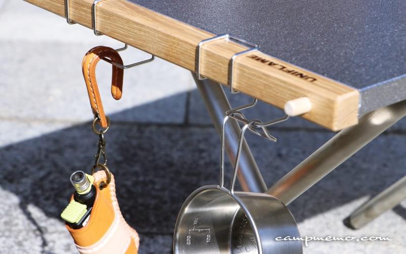 焚き火テーブルの木材に取り付けた無印良品のステンレス扉につけるフック