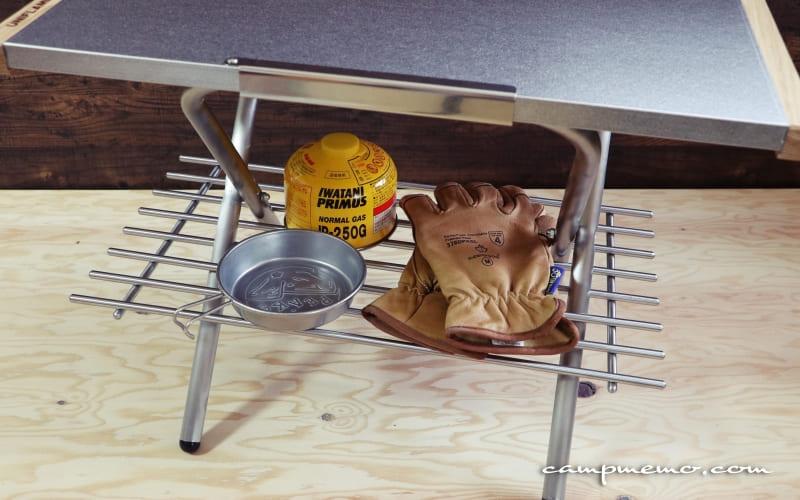 ユニフレームの焚き火テーブにIKEAのLAMPLIG鍋敷きをセットした様子