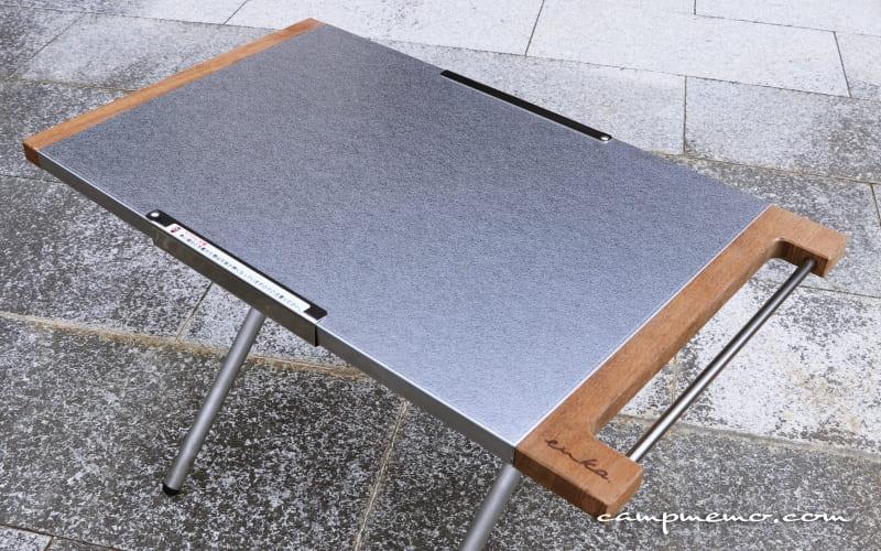 ENKAのサイド取り替えプレート UF-TT01を取り付けたユニフレームの焚き火テーブル
