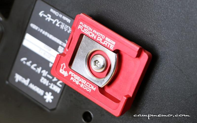クイックリリースプレートを変換アダプターを使ってフィールドファンに取り付け